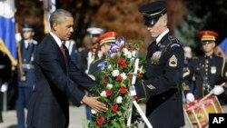 El presidente Barack Obama coloca una ofrenda floral en la Tumba del Soldado Desconocido como es tradición en el cementerio de Arlington en el Día de los Veteranos.