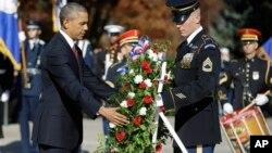 Президент США Барак Обама участвует в возложении венка на Арлингтонском военном кладбище в пригороде Вашингтона. 11 ноября 2013 г.