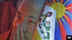 2011年10月19号在印度的一名西藏僧侣举行绝食抗议(资料照)