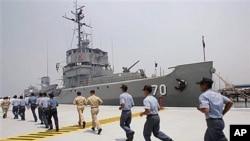 2005年5月菲律賓水兵跑步奔向翻修改造後將重新部署到菲律賓南部海域巡邏的奎松號軍艦