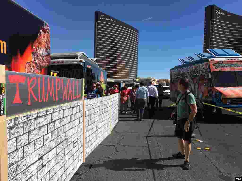 ជញ្ជាំងក្រដាស «Trump Wall» ដែលត្រូវបានរៀបចំឡើងដោយក្រុងអ្នកតវ៉ានៅចម្ងាយពីរបីគីឡូម៉ែត្រពីកន្លែងជជែកដោលដណ្តើមតំណែងប្រធានាធិបតីលើកទីបី ក្នុងក្រុង Las Vegas រដ្ឋ Nevada កាលពីថ្ងៃទី១៩ ខែតុលា ឆ្នាំ២០១៦។