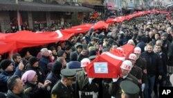 Người dân khiêng quan tài sau buổi cầu nguyện cho tang lễ của binh sĩ Thổ Nhĩ Kỳ Goktan Ozupekin, người bị IS giết ở al-Bab, Syria, ở Kirklareli, Thổ Nhĩ Kỳ, 23/12/2016.