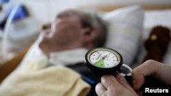 Seorang perawat memeriksa pasien yang menjadi korban stroke (foto: ilustrasi).