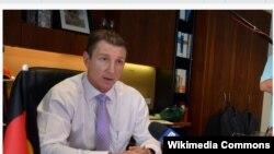 Phó Thủ hiến kiêm Bộ trưởng Bộ Công nghiệp và Thủy sản vùng lãnh thổ bắc Úc Willem Westra van Holthe.