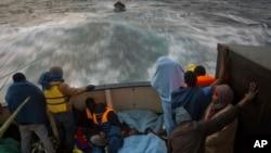 Des migrants sub-sahariens se reposent sur le pont du bateau Golfo Azzurro après avoir été secourus d'un bateau en caoutchouc par des membres de l'ONG Proactive Open Arms, sur la Méditerranée, à environ 24 miles au nord de Sabratha, en Libye, 28 janvier 2017.