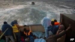 Imigrantes africanos numa embarcação de socorro.