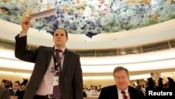 12일 스위스 제네바에서 열린 유엔 인권이사회에 참석한 미국의 로버트 킹 북한인권특사(오른쪽). 미국 대사관 직원(왼쪽)이 발언 신청을 하기 위해 명패를 들고 있다.