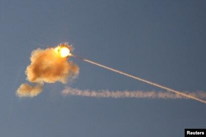 """Sistem pertahanan udara """"Kubah Besi"""" Israel mencegat serangan roket Hamas dari Jalur Gaza (17/5)."""