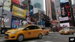 Kawasan Times Square di Manhattan, New York (foto: dok). Warga di kawasan metro New York diketahui berbicara dalam sedikitnya 192 bahasa, yang terbesar di antara 15 kawasan lain.
