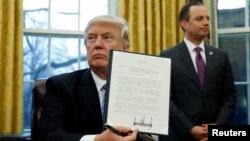 رینس پریباس در کنار دونالد ترامپ در کاخ سفید