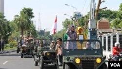 "Walikota Surabaya, Tri Rismaharini, mengarak penghargaan ""The 2013 Asian Townscape Award (ATA)"" dari PBB di Surabaya (30/11). Taman Bungkul meraih penghargaan sebagai Taman Terbaik se-Asia Tahun 2013."