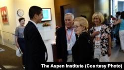 Walter Isaacson (ketiga dari kanan) Madeleine Albright (kedua dari kanan) di tengah-tengah berlangsungnya Aspen Ideas Festival (foto: The Aspen Institute).