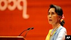미안마 실권자 아웅산 수치가 24일 네피도에서 열린 2차 평화회담 개막식에서 연설하고 있다.