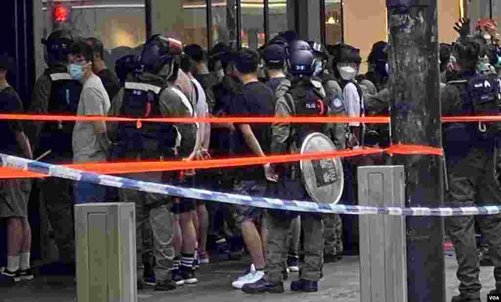 警方10月1日下午在銅鑼灣一帶採取大規模拘捕行動,數十人被雙手反綁鎖上索帶。(美國之音湯惠芸)