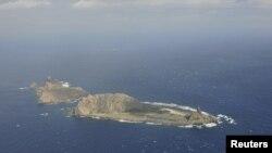 Gambar pulau kecil yang disebut Senkaku di Jepang dan Diaoyu di China, diambil dari pesawat pengawas wilayah maritim China B-3837, Desember 2012 (Foto: dok).