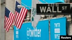 뉴욕 월 가에 있는 트위터 로고. (자료사진)