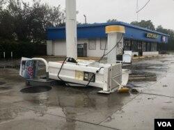 Angin kencang dan hujan lebat yang dipicu oleh badai Florence merobohkan pohon-pohan dan merusak tiang listrik di North Caroline, 14 September 2018. (Foto: dok).