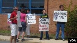 反对共和党的民众在瑞安的维州造势会场外举标语抗议