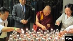 与会人士点蜡烛悼念自焚藏人 (美国之音张永泰拍摄)