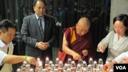 與會人士點蠟燭悼念自焚藏人 (美國之音張永泰拍攝)