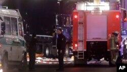 Cảnh sát đứng phía trước chiếc xe tải đã đâm vào đám đông tại phiên chợ Giáng sinh ở Berlin, Đức, ngày 19/12/2016.