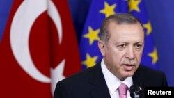 Presiden Turki Recep Tayyip Erdogan berbicara kepada media sebelum bertemu Presiden Komisi Uni Eropa Jean-Claude Juncker di Brussels, Belgia (5/10). (Reuters/Francois Lenoir)