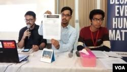 Pengacara Publik LBH Masyarakat Ma'ruf Bajammal (tengah) dalam sebuah konferensi pers di Jakarta, pada 2018 (Foto: VOA/Sasmito)