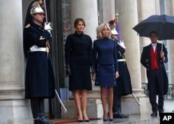 Francuska prva dama Brižit Makron i prva dama SAD Melanija Tramp stoje na stepenicama ispred Jelisejske palate, 10. novembra 2018.