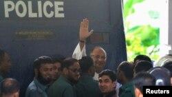 Ông Salauddin Quader Chowdhury vẫy chào khi đến tòa án tại Dhaka, ngày 1/10/2013.