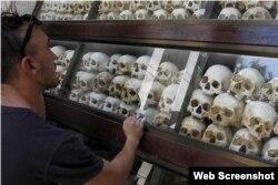 Sọ và xương của hơn 8.000 nạn nhân của chế độ Khmer Đỏ tại 'cánh đồng chết' Choeung Ek, ngoại ô Phnom Penh.