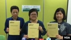 香港記協副主席任美貞(左起)、主席岑倚蘭及年報編輯麥燕庭(美國之音海彥拍攝)