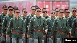 """Pripadnici tima vazdušnih snaga """"Crveni soko"""" Narodne oslobodilačke vojske Kine tokom međunarodne avio-svemirske i izložbe vazduhoplovstva u pokrajini Guangdong, Kina, 28. septembra 2021."""