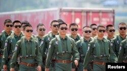 Miembros del equipo acrobático del Halcón Rojo de la Fuerza Aérea del Ejército Popular de Liberación de China (EPL) asisten a la Exposición Internacional de Aviación y Aeroespacial de China en la provincia de Guangdong, China, el 28 de septiembre de 2021.