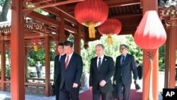 """在北京的 """"一带一路""""国际合作高峰论坛开幕式前,中国主席习近平和俄罗斯总统普京走在一起(2017年5月14日)"""