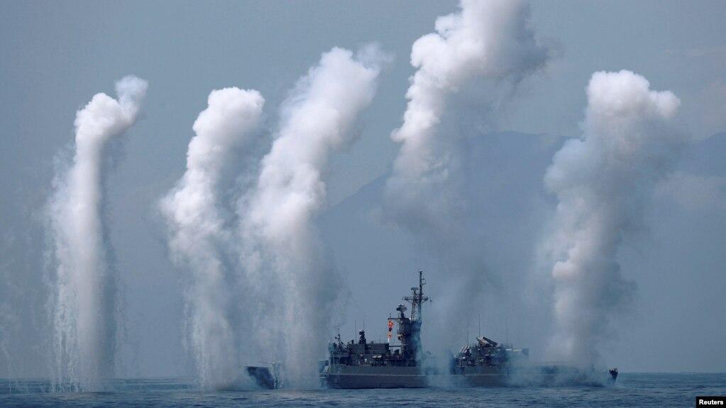 台湾诺克斯级巡航舰参加宜兰海军基地附近举行的军演。 (2018年4月13日)