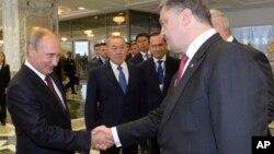 26일 벨라루스 수도 민스크에서 만난 러시아의 블라디미르 푸틴 대통령(왼쪽)과 우크라이나의 페트로 포로셴코 대통령이 악수하고 있다.