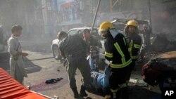 Le personnel d'urgence enlève un corps sur le lieu d'un attentat suicide meurtrier à Jalalabad, en Afghanistan, jeudi 7 juin 2018. (AP Photo)