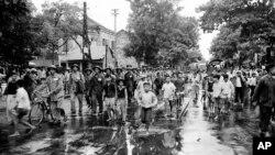 Lực lượng Việt Minh tiến vào tiếp quản Hà Nội theo các điều khoản của hiệp định Geneve, ngày 9/10/1954.
