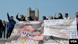 """2013年5月4日韩国活动人士在分隔南北的非军事区附近的和平公园放飞""""解放朝鲜同胞""""口号的气球。"""