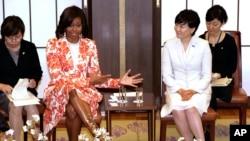 Đệ nhất Phu nhân Michelle Obama gặp phu nhân của Thủ tướng Nhật Bản, bà Akie Abe, tại Tokyo, ngày 19/3/2015.
