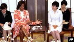 Супруга президента США Мишель Обама (в центре слева) вместе с супругой премьер-министра Японии Акие Абэ (в центре справа) беседует с участниками встречи в рамках американо-японской образовательной инициативы для девочек. Токио, Япония. 19 марта 2015 г.
