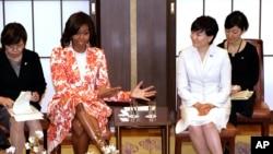 លោកស្រី Michelle Obama (ខាងឆ្វេង) ជាមួយនឹងសមភាគីលោកស្រី Akie Abe (ខាងស្តាំ) នៅក្នុងកិច្ចពិភាក្សាតុមូលជាផ្នែកមួយនៃកម្មវិធីលើការអប់រំស្រ្តី ដែលជាកិច្ចសហប្រតិបត្តិការរវាងជប៉ុន និងសហរដ្ឋអាមេរិក។