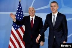 ເລຂາທິການໃຫຍ່ ອົງການ NATO ທ່ານ Jens Stoltenberg ຕ້ອນຮັບ ຮອງປະທານາທິບໍດີ ສະຫະລັດ ທ່ານ Mike Pence ຢູ່ທີ່ສຳນັກງານໃຫຍ່ ຂອງ NATO ໃນນະຄອນ Brussels, ປະເທດແບລຈຽມ, ວັນທີ 20 ກຸມພາ 2017.