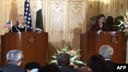 Держсекретар Гілларі Клінтон і міністр закордонних справ Пакистану Гіна Раббані Хар в Ісламабаді