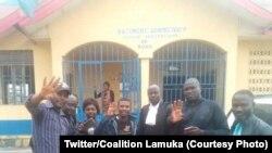 Luc Malembe, molebeli ya lingoma Lamuka na Ituri (C) kati ya baninga baye, nsima kobimisa na boloko na Bunia, 6 février 2020. (Twitter/Coalition Lamuka)