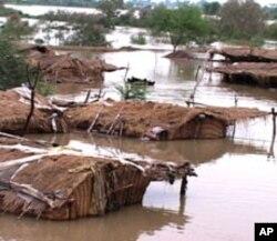 سکھر کے قریب ایک زیرآب آبادی کا منظر