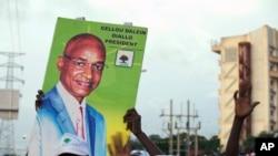 Une affiche de Cellou Dalein Diallo, lors d'un rassemblement politique dans la ville de Conakry, en Guinée, le 8 octobre 2015. (Photo: AP/Youssouf Bah)