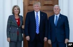 ປະທານາທິບໍດີ ສຫລ ຜູ້ຖືກເລືອກໃໝ່ ທ່ານ Donald Trump ແລະ ຮອງປະທານາທິບໍດີ ຜູ້ຖືກເລືອກໃໝ່ ທ່ານ Mike Pence ແລະ ທ່ານນາງ Betsy DeVos ຕັ້ງທ່າ ເພື່ອຖ່າຍຮູບ ຢູ່ທີ່ Trump National Golf Club Bedminster ໃນເມືອງ Bedminster ລັດ New Jersey, ວັນເສົາທີ 19 ພະຈິກ 2016.