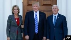 지난 19일 도널드 트럼프 미국 대통령 당선인(가운데)이 뉴저지의 트럼프내셔널골프클럽 클럽하우스에서 벳시 디보스 전 공화당 미시간주 위원장(왼쪽)과 만났다. 오른쪽은 마이크 펜스 부통령 당선인.