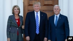 Betsy DeVos (kiri) bersama Presiden-terpilih AS Donald Trump dan Wapres terpilih Mike Pence (foto: dok).